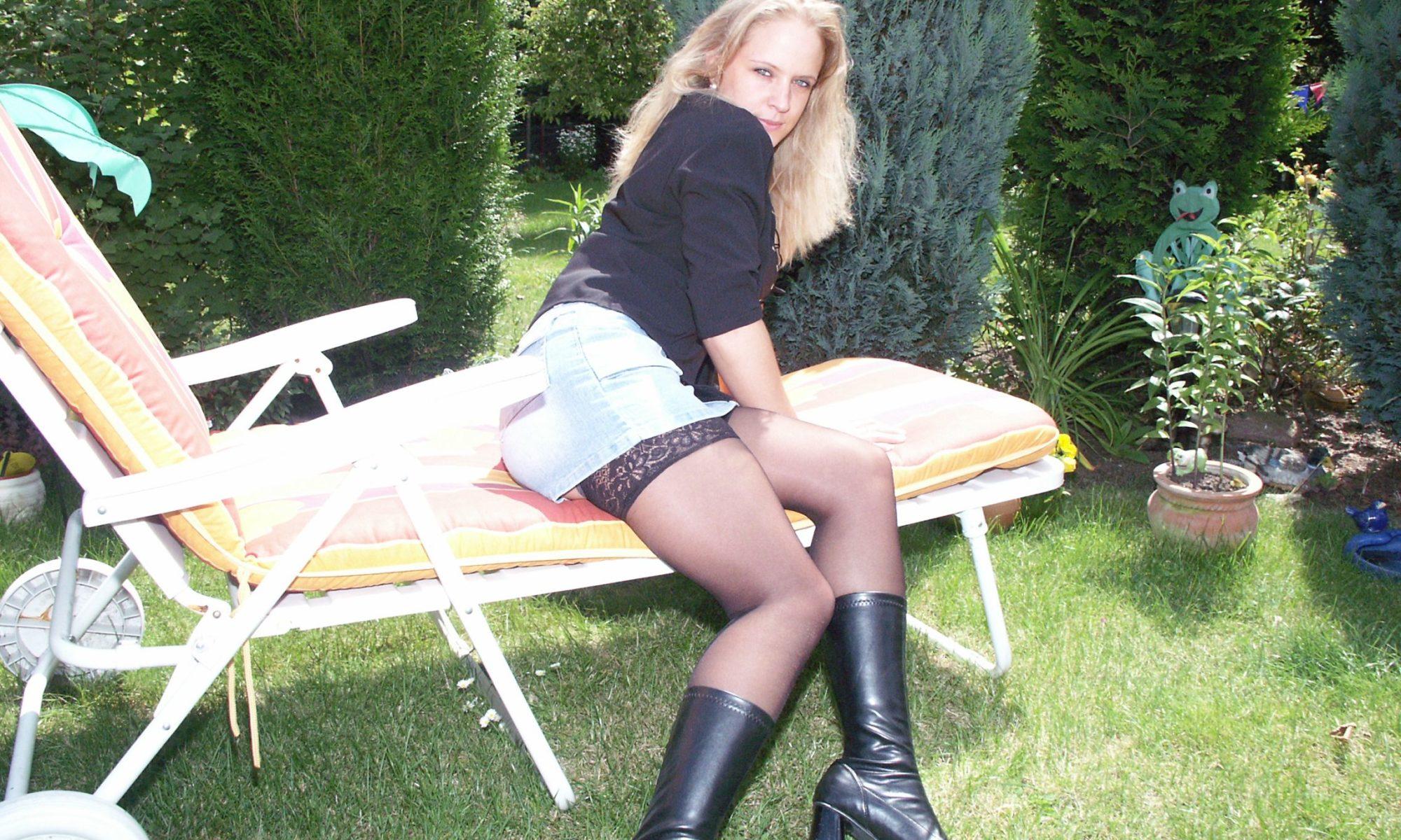 Blondine in Minirock und Lederstiefeln